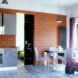 W porównaniu do tradycyjnych drzwi montowanych na zawiasach, systemy przesuwne wymagają mniej miejsca, gdyż tafla porusza się wzdłuż ściany. Fot. CDA Polska