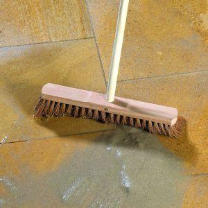 Ostatnie jest fugowanie. Taras zasypujemy drobnym piaskiem płukanym 0–2 mm i szczotka wypełniamy nim odstępy między płytami. Powtarzamy trzykrotnie. Fot. Libet