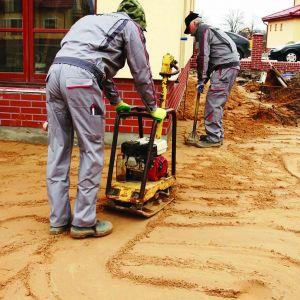 Z terenu usuwamy humus i grunt rodzimy na głębokość co najmniej 20–30 cm. Spadki (od 0,5–3 %) wykonujemy za pomocą piasku, w kierunku od budynku na zewnątrz. Fot. Libet