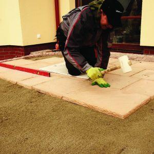 Po warstwie podbudowy z odsiewek kamiennych 0–7 mm, układamy płyty. Odstępy muszą być jednolite o szerokości około 5–15 mm pomiędzy płytami. Fot. Libet
