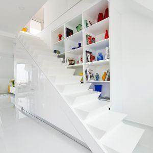 Schody zostały zaprojektowane na zamówienie, oprócz tego że wyróżniają się nowoczesnym, minimalistycznym wyglądem to są wyjątkowo funkcjonalne. Fot. Erdőháti Áron