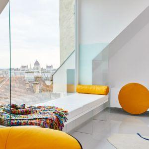 Wnętrza tego apartamentowca wyróżniają śnieżnobiałe ściany i polerowane białe podłogi. W połączeniu z dużymi oknami pomieszczenia są wypełnione naturalnym światłem. Fot. Erdőháti Áron