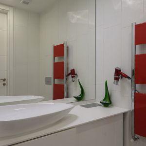 Na stonowanym, białym tle wyróżnia się kolekcja kolorowych mebli i wyposażenia, które architekci celowo wyeksponowali, aby zapewnić żywszy i radośniejszy nastrój użytkownikom wnętrza.Fot. Erdőháti Áron