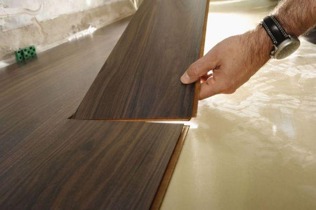 Montaż paneli laminowanych