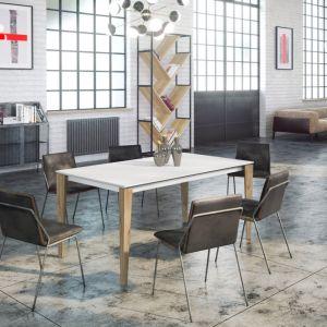We współczesnych domach jadalnia najczęściej nie jest zamkniętym pomieszczeniem, ale przestrzenią otwartą na strefę dzienną, łączącą kuchnię z salonem. Fot. Rosanero