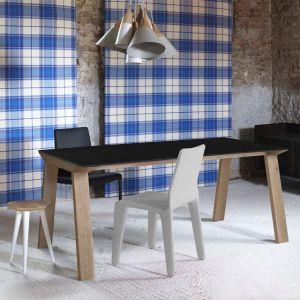 Stoły marki Rosanero to prosty, a jednocześnie bardzo wyrazisty mebel, który z powodzeniem odnajdzie się w nowoczesnej jadalni. Dzięki naturalnemu materiałowi i minimalistycznej formie jest nie tylko modny, ale i ponadczasowy. Fot. Rosanero