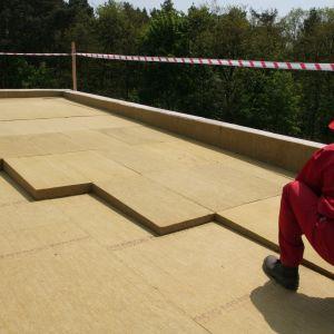 Poprawna hydroizolacja i termoizolacja dachu płaskiego wymaga wiedzy na temat samej jego specyfikacji. Podstawowa znajomość parametrów technicznych i konstrukcji jest koniecznością, jeśli chcemy umiejętnie dopasować materiały, które zabezpieczą dach płaski przed działaniem wody na lata. Fot. Rockwool Polska