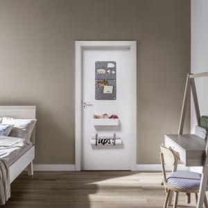 Drzwi Smart marki Vox, które powstały we współpracy z firmą Porta, wyposażono w wygodne pojemniki, uchwyty, haczyki, organizery, kalendarz i plan lekcji, co stanowi świetny sposób na uporządkowanie i zorganizowanie przestrzeni. Fot. Vox
