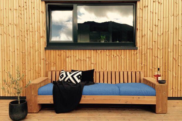 Elewacja z drewna to rozwiązanie dla tych, którzy cenią sobie naturalny oraz efektowny wygląd domu. Możliwości montażu desek są nieograniczone – mogą być np. układane na wszystkich ścianach budynku, tworząc w ten sposób spójną całość,