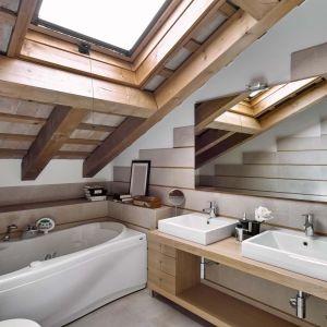 Tym, co wyróżnia aranżację łazienki na poddaszu i sprawia, że jest ona bardziej kłopotliwa, jest skos dachu. Fot. Fotolia