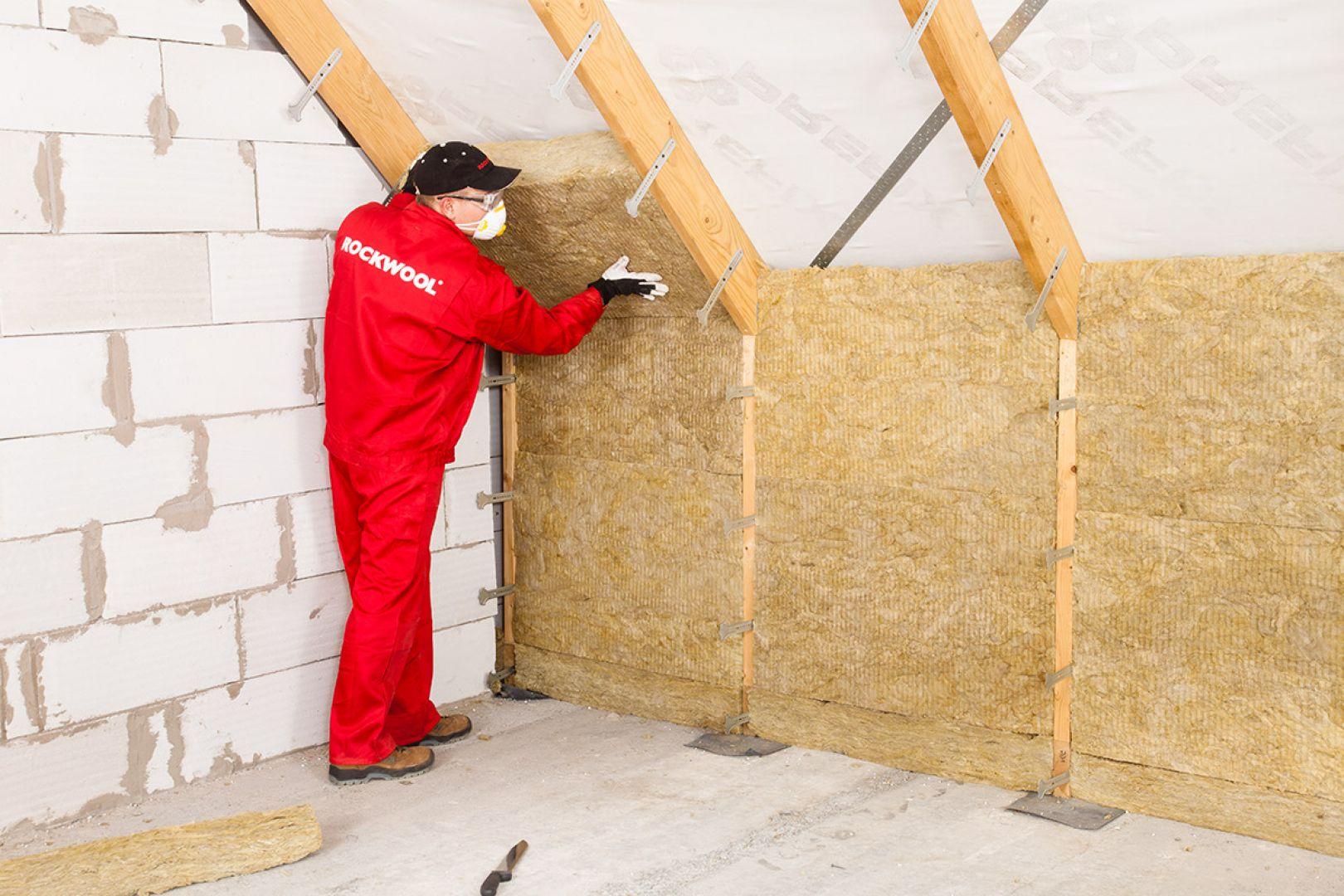 Wełna mineralna oprócz termoizolacji, dodatkowo stanowi doskonałą izolację akustyczną dachu i zabezpiecza drewniane elementy więźby przed ogniem, czego nie można powiedzieć o materiałach wykonany z polistyrenu, czy poliuretanu. Należy pamiętać, że wełna mineralna jest za to mniej odporna na działanie wilgoci i wody. Fot. Rockwool Polska