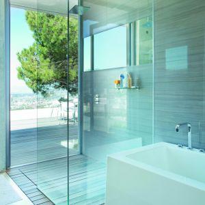 Montaż tego innowacyjnego szkła w kabinie prysznicowej czy też parawanie nawannowym pozwala oszczędzić czas, poświęcany dotychczas na żmudne sprzątanie. Fot. Saint-Gobain