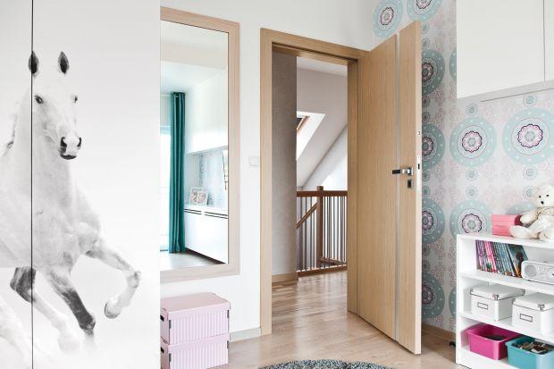 Drzwi fornirowane pasują do wnętrza w każdym stylu, zarówno klasycznego, jak i bardziej nowoczesnego. Zachowane usłojenie pomaga bowiem wprowadzić do wystroju naturalny, ponadczasowy klimat.