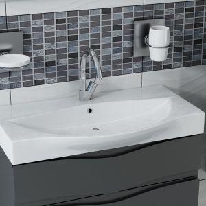 Przy aranżowaniu łazienki o małej powierzchni, najlepszym rozwiązaniem jest wyposażenie jej w prysznic, a nie wannę, która zajmuje zbyt dużo miejsca. Dodatkowo warto zdecydować się na podwieszane sanitariaty i meble. Fot. Wave