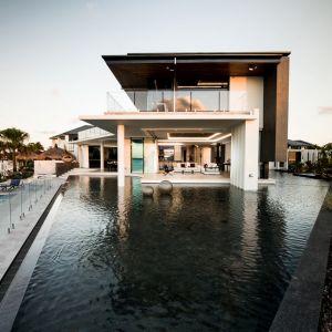 """""""Lagoon House"""" umiejscowiony jest przy głównym wpływie do kanału Pacific Harbour na wyspie Bribie w Queensland, w Australii. Fot. Phill Jackson Photography"""