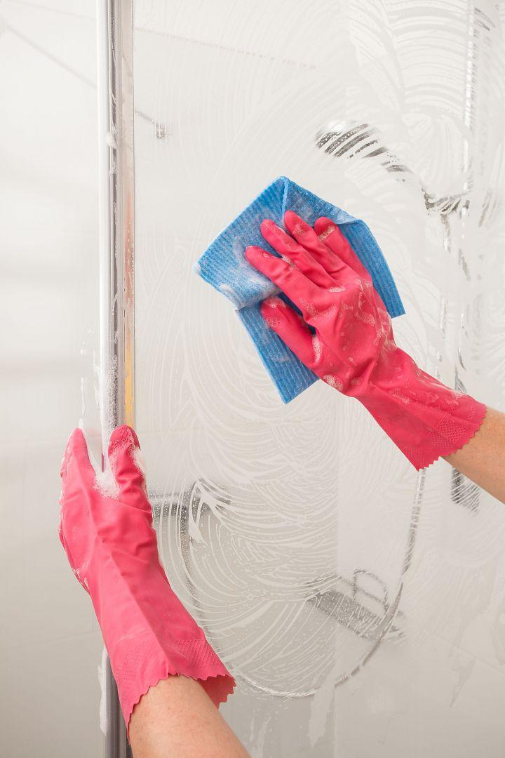 W przypadku kabin prysznicowych będą to specjalne preparaty i akcesoria dołączane do zestawu, np. ściereczki przeznaczone do czyszczenia szkła. Dzięki temu unikniemy ryzyka uszkodzenia powierzchni i w łatwy sposób pozbędziemy się osadów.  Fot. 123rf