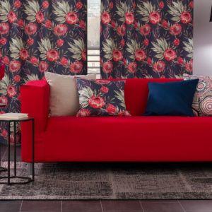 Tanim kosztem możemy zrobić to za pomocą pokrowców na sofy. W salonie kanapa, fotele lub szezlong stanowią centralne miejsce pomieszczenia, dlatego już sama wymiana obicia tych mebli, zmieni diametralnie wygląd całego pokój. Fot. Dekoria.pl