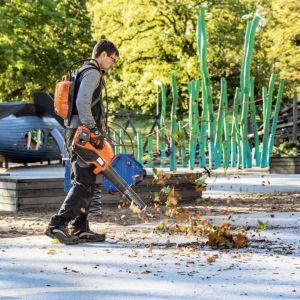 Uprzątanie liści wiąże się zwykle z hałasem wywoływanym przez spalinowy silnik dmuchawy. Możemy jednak odciążyć nas od głośnych dmuchaw. Fot. Husqvarna