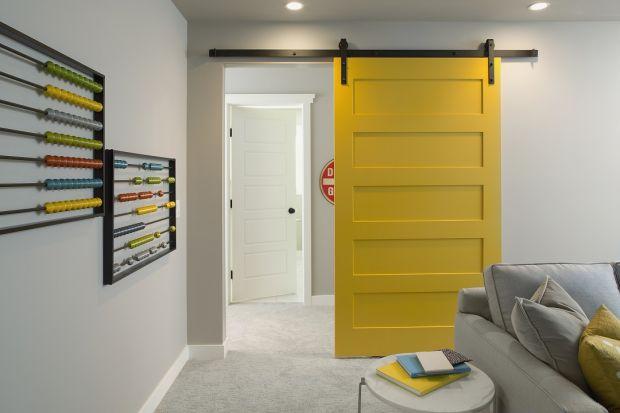 Malowanie okien i drzwi skutecznie odświeża wizerunek mieszkania. Zastosowana barwa może być świetnym motywem przewodnim w pomieszczeniu, który możemy wykorzystać przy aranżowaniu wnętrza.Podpowiadamy, czym kierować się przy wyborze koloru o