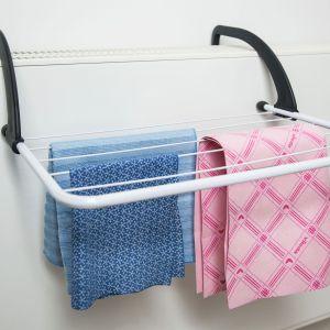 Pamiętajmy też, że proces suszenia w domu generuje dużą ilość wilgoci, a większa nawet o 30% może powodować rozwój pleśni i grzybów odpowiedzialnych za alergie i zapalenie płuc. Fot. Vileda