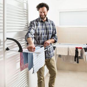 Gdy na dworze deszcz i coraz niższe temperatury, wyprane ubrania muszą schnąć w domu. Jak sprawić, by było to jak najmniej uciążliwe dla mieszkańców i nie groziło pojawieniem się pleśni w mieszkaniu?Fot. Vileda