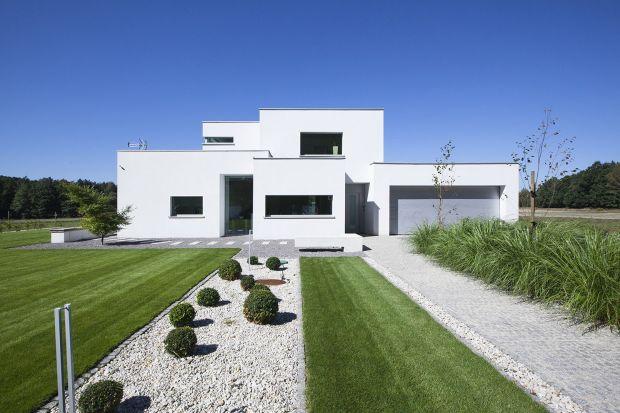 Eco house to dom zlokalizowany w malowniczym krajobrazie objętym specjalną ochroną Natura 2000. Działka sąsiaduje z lasem bukowo-dębowym, stadniną koni oraz rozległymi łąkami i terenami rolnymi.