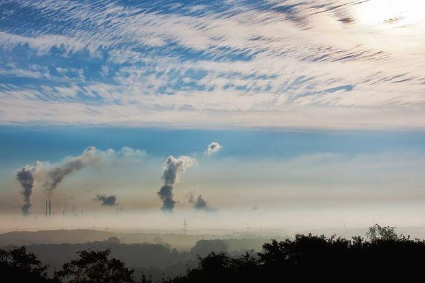 Latem za złą jakość powietrza odpowiada przede wszystkim wzmożony ruch uliczny, a w okresie jesienno-zimowym ogrzewanie węglowe. Jednak smog to problem, który przez większą część roku pozostaje w ukryciu. Najbardziej widoczny i dokuczliwy staj