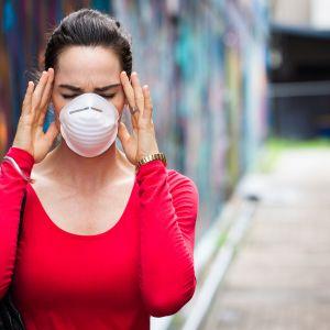 Chłodny początek jesieni przyspieszył rozpoczęcie sezonu grzewczego. To może sprawić, że problem smogu powróci w tym roku z jeszcze większą siłą. Spalanie węgla w celach grzewczych bezpośrednio przyczynia się do zanieczyszczenia powietrza. Jednak winowajców jest więcej. Fot. 123 rf