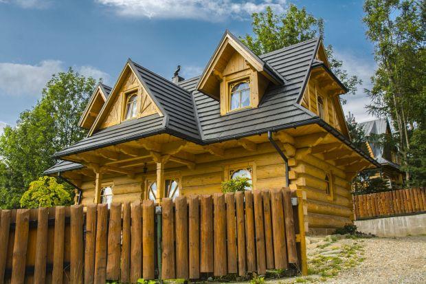 Polska architektura coraz częściej nawiązuje do tradycji. Drewniane domy pojawiają się już nie tylko w tatrzańskich dolinach, ale też w innych regionach kraju. Naturalne materiały mają niewątpliwy urok, ale czy warto rezygnować z innowacyjnych