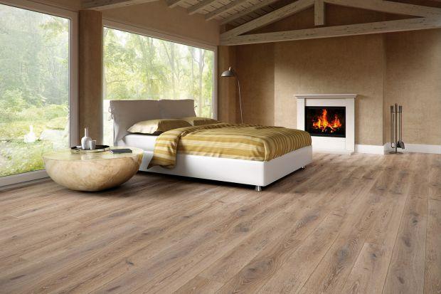 Naturalne piękno tkwi w drewnianej podłodze