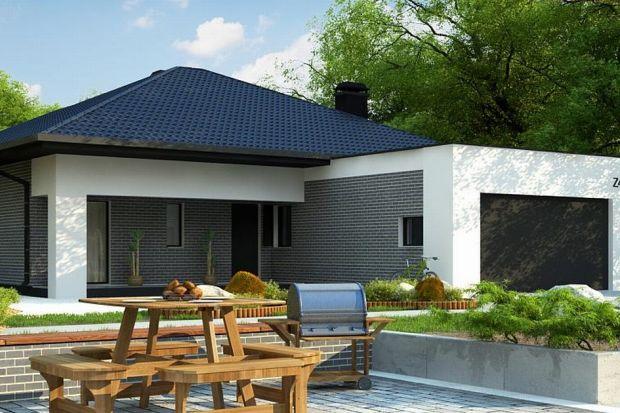 Z403 to zgrabny parterowy dom z garażem dwustanowiskowym. Prosta, kubiczna bryła z dachem wielospadowym oraz naturalne elementy wykończenia elewacji dodają mu elegancji i wdzięku.