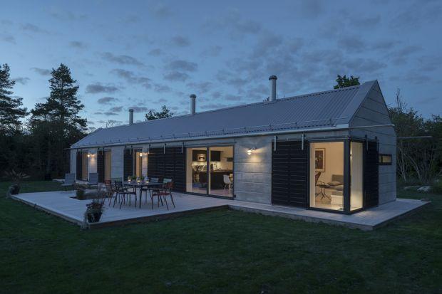 Zaprojektowany przez architekta Timo Karasalo z pracowni GWSK Arkitekter w Sztokholmie, jest całorocznym domem wakacyjnym zlokalizowanym na wyspie Öland w Szwecji. Dom zawiera elementy projektowe nawiązujące do stylizacji tradycyjnych budynków znajdu