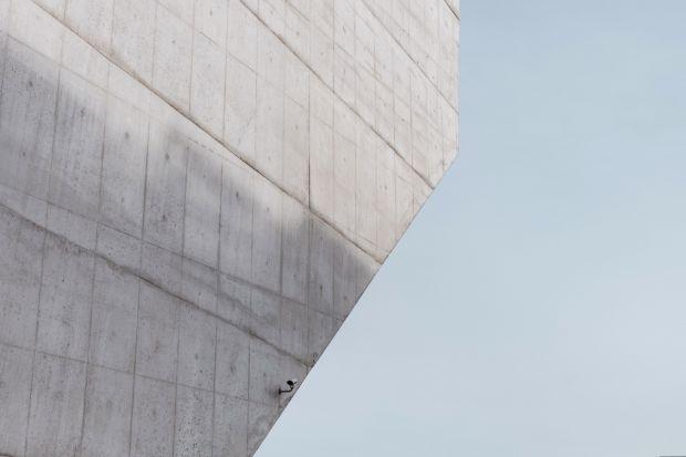 Ze względu na swój surowy i minimalistyczny wygląd, beton powszechnie stosowany jest w loftach i luksusowych apartamentach. Coraz częściej wykorzystuje się go także na ścianach w kuchniach i łazienkach. Jest to rozwiązanie bardzo praktyczne –