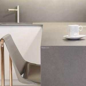 Chociaż spieki kwarcowe od Laminam znajdą zastosowanie w każdym wnętrzu i pomieszczeniu, to zwłaszcza powinny być wykorzystywane do zadań specjalnych. Wszędzie tam, gdzie narażone będą na wodę, wilgoć, gorące i zimne temperatury. Są więc idealnym rozwiązaniem do kuchni i łazienek. Fot. Laminam