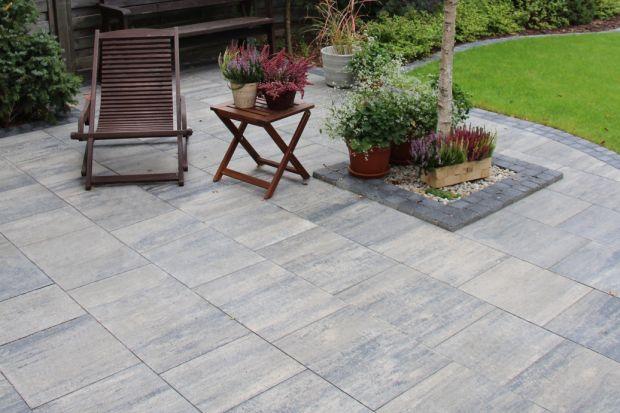 W ogrodach zagościły duże betonowe płyty zachwycające swoją formą i okazałym rozmiarem. Szczególnie dobrze komponują się z nowoczesną, minimalistyczną architekturą budynków. Pozwalają na tworzenie rozległych, jednolitych powierzchni. Cho�