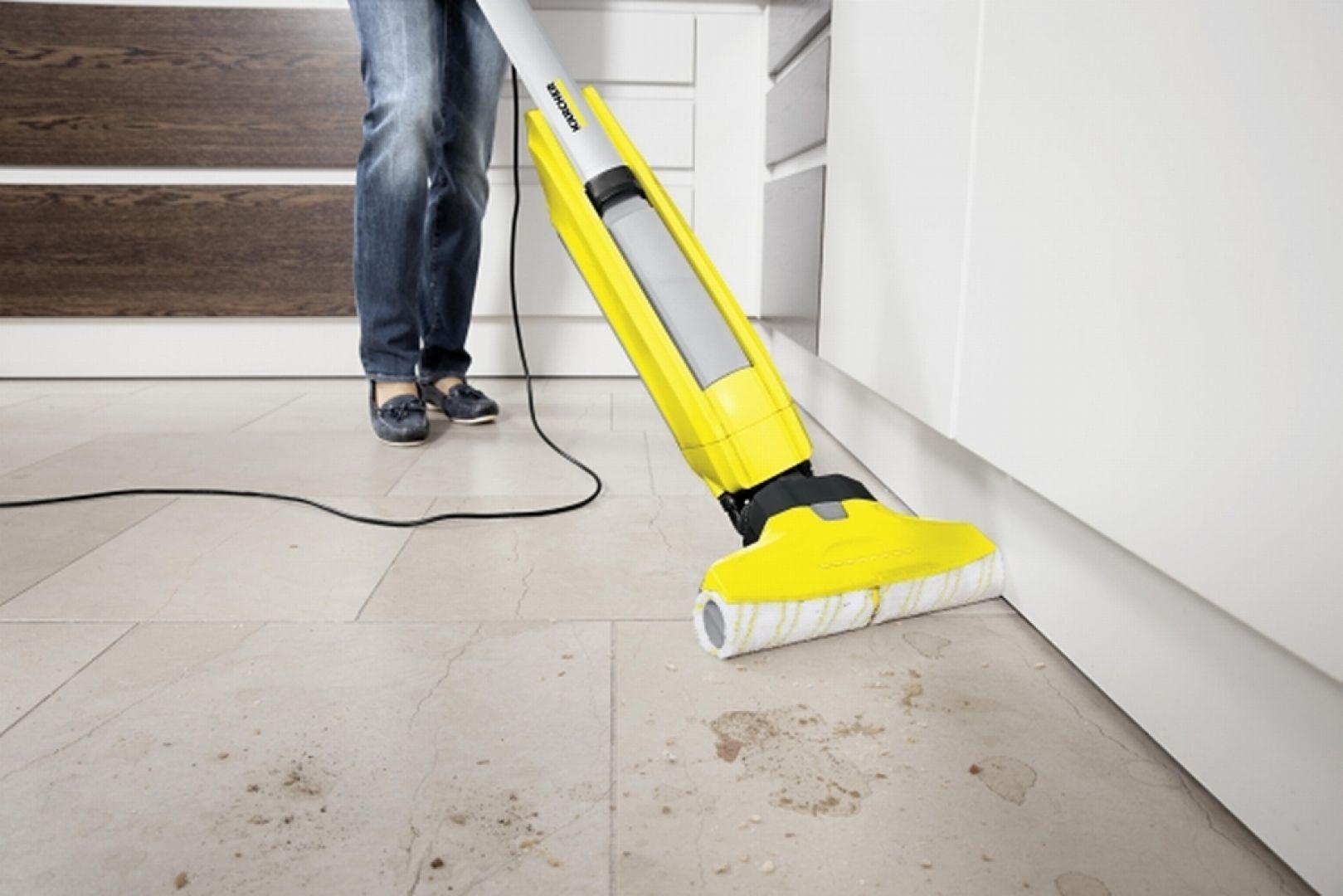 Na pytanie jakich sprzętów i pomocy najczęściej używasz do mycia i czyszczenia podłóg (kamienne posadzki, płytki ceramiczne, posadzki typu PVC, linoleum, podłogi korkowe i drewniane, laminowane panele)?, najwięcej bo aż 56% polskich gospodarstw korzysta z odkurzacza,  42% z mopa z systemem wyżymania i 42% z mopa bez systemu wyżymania (do wyciskania ręcznego), 30% ze zwykłych szmat i 23% z ręczników papierowych. Fot. Kärcher