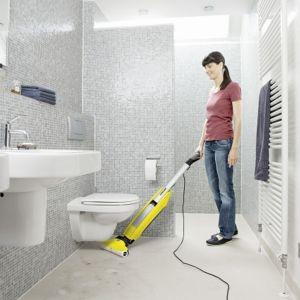 Z kolei na pytanie, czego najbardziej nie lubisz w myciu i czyszczeniu podłóg, 28% Polaków wskazała niedomytych podłóg czy pozostawionych śladów i smug, 19% – pracochłonnego i długiego procesu czyszczenia: tj. najpierw odkurzania a potem mycia z użyciem środka czyszczącego, 14% – wyżymania mopa, 12 % – czyszczenia sprzętu po myciu. Fot. Kärcher