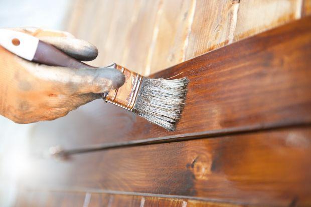 Impregnowanie i malowanie drewna wydaje się niezbyt skomplikowane. Wystarczy przecież wziąć pędzel, zanurzyć w produkcie i… czy aby na pewno każdy preparat kładzie się w ten sam sposób? Ekspert marki Drewnochron radzi, jak dopasować metodę d