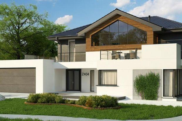 Projekt Z404 prezentuje dwupoziomowy, nowoczesny dom z dachem wielospadowym, dwustanowiskowym garażem i dużymi przeszkleniami. Elementami ozdobnymi dopełniającymi dwukolorową, biało-grafitową całość są drewniane listwy i panele.