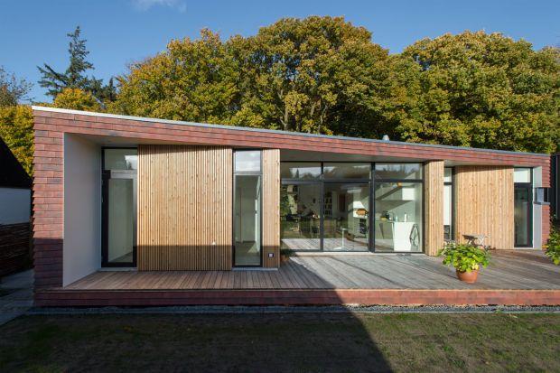 Architekci ze studia firmy Møller zaprojektowali jednopiętrowy Villa Rypen w Aarhus w Danii, usytuowany w sąsiedztwie lasu.Bujna florazainspirowała architektów, którzy zdecydowali wydłużyć taras w kierunku zalesionego terenu oraz przydomowego