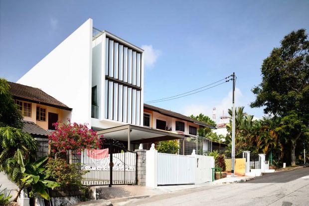 Niezwykła, ruchoma fasada to charakterystyczny element trzykondygnacyjnego domu jednorodzinnego wybudowanego w jednej z dzielnic Singapuru. Tak niezwykłą formę zaprojektowała pracowania HYLA Architects.