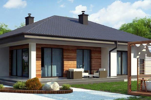 Z415 to projekt domu parterowego z dachem czterospadowym. Wyróżnia go nowatorski charakter, który zawdzięcza prostej bryle oraz dużym przeszkleniom w salonie. Biała otynkowana elewacja oraz drewniane okładziny świetnie dopełniają.