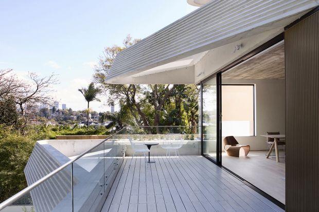 Ten wielokondygnacyjny dom szeregowy, zaprojektowany przez architektów ze studia Luigi Roselli, zachwyci was swoją nietypową kaskadową elewacją, ale też i betonowymi wnętrzami. Od strony ulicy wygląda jak typowy jednorodzinny dom. jednak to tylko