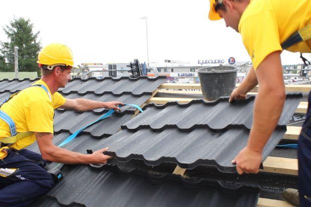 Dach to ostatni, ale najważniejszy element domu w stanie surowym zamkniętym. Choć budowa często się trwa dłużej niż jeden sezon, nie można pozwolić, by zima nadeszła przed etapem zadaszenia budynku. Jakie pokrycie wybrać, by było praktyczne i