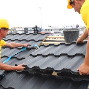 Decyzja o wyborze materiału na dach jest uzależniona od kilku czynników: kształtu dachu, kąta jego nachylenia i preferencji właściciela. Pod uwagę bierze się przede wszystkim względy estetyczne i praktyczne: dach musi być przede wszystkim szczelny i łatwo odprowadzać wodę. Fot. Blachotrapez