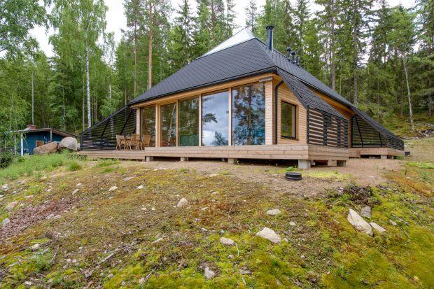 Właściciel pięknej działki położonej między górskim lasem a jeziorem zapragnął, aby jego nowa rezydencja oferowała komfort na możliwie najwyższym poziomie nowoczesnego stylu życia, a jednocześnie stworzyła ona nierozerwalny związek z otac