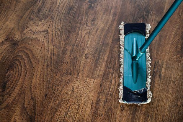 Czyszczenie drewnianej podłogi