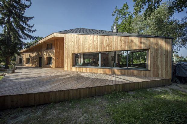 Dom ten, usytuowany w Owczarni, wsi położonej pod Warszawą, w dużej mierze zawdzięcza swój nietypowycharakter właścicielom, którzy pragnąc spersonalizowanego, niepowtarzalnego wyglądu, zgodzili się na przestrzenną kompozycję odchodzącą o