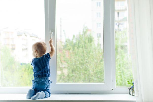 O tym, że pojawienie się na świecie dziecka potrafi przewartościować i przewrócić do góry nogami dotychczasowy świat prędzej czy później przekonują się wszyscy świeżo upieczeni rodzice. Nierzadko jeszcze na długo przed porodem przyszła m