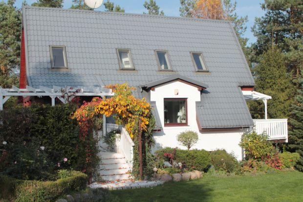 Biały dom w amerykańskim stylu to marzenie niejednej osoby. Joanna z bloga Green Canoe udowadnia, że metamorfoza kolorowej elewacji jest nie tylko możliwa, lecz także prostsza, niż się powszechnie wydaje. Niezbędna jest wizja ideterminacja. Rów